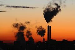 Emisión de los humos de gas inútil en puesta del sol/salida del sol Fotos de archivo libres de regalías