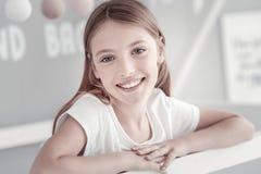 Emisión de pelo largo bastante alegre de la muchacha Imagen de archivo libre de regalías