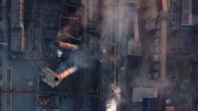 Emisión a la atmósfera de los tubos industriales Tubos de la chimenea shooted con el abejón Visión aérea, primer almacen de video
