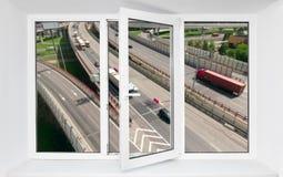 Emisión ruidosa del ruido del tráfico por carretera de conducir los coches en el marco abierto de la ventana del pvc fotos de archivo libres de regalías