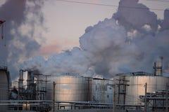 Emisiones de gas de la refinería de petróleo que arrogan imagenes de archivo