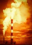 Emisiones de la pila de chimenea del calentamiento del planeta imágenes de archivo libres de regalías