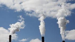 Emisiones de sustancias nocivas tubos de la central térmico almacen de video