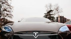 Emisiones del coche eléctrico cero del modelo S de Tesla imagenes de archivo