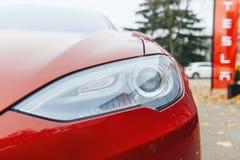 Emisiones del coche eléctrico cero del modelo S de Tesla Foto de archivo