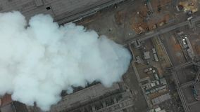 Emisja atmosfera od przemysłowych drymb Smokestack drymby shooted z trutniem Antena, zakończenie zdjęcie wideo
