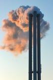 Emisja w środowisko parowy przybycie z fabrycznych kominów Obrazy Stock