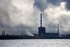 Emisje dym od fabrycznych kominów dużego dymu obrazy stock