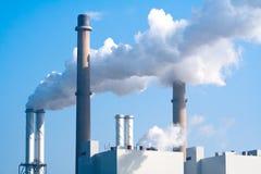 Emissão de fumo da fábrica da tubulação imagem de stock