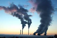 Emissão do central energética de carvão durante o por do sol imagens de stock