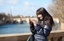Emissão triguenha bonita feliz do turista sms foto de stock royalty free