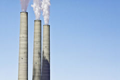 Emissões de carbono da refinaria Foto de Stock