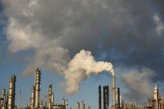Emissões que aumentam da pilha de fumo de uma refinaria de petróleo e gás industrial fotos de stock royalty free