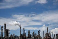 Emissões que aumentam da pilha de fumo de uma refinaria de petróleo e gás industrial foto de stock