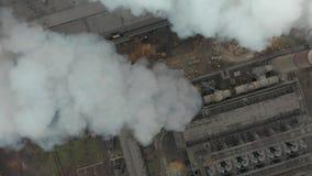 Emissie aan atmosfeer van industriële pijpen De schoorsteenpijpen shooted met hommel Antenne, close-up stock videobeelden