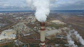 Emissie aan atmosfeer van industriële pijpen De schoorsteenpijpen shooted met hommel Antenne, close-up stock footage