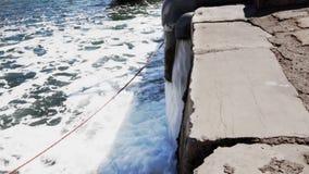 Emissie van gebruikt water in het overzees stock video