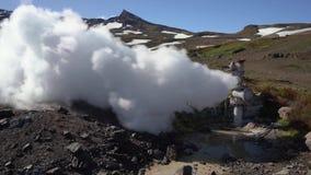Emissie van thermisch stoom-water mengsel van goed op geothermisch stortingsgebied stock videobeelden
