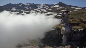 Emissie van thermisch water, stoom van geologisch goed op geothermisch stortingsgebied stock footage