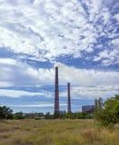 emissies De verontreiniging van de installatieecologie tegen een mooie hemel Stock Fotografie