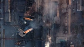 Emissione ad atmosfera dai tubi industriali Tubi del fumaiolo shooted con il fuco Vista aerea, primo piano archivi video