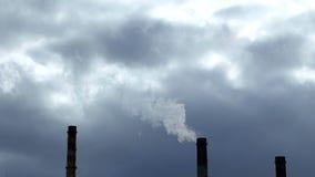 Emissione di fumo dai tubi della fabbrica stock footage