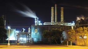 Emissioni ad una raffineria - lasso di tempo del carro armato video d archivio