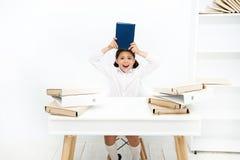 Emissioni di educazione scolastica Di nuovo al concetto del banco Stanco sveglio del bambino di studio Lezione noiosa Compito d'a fotografie stock libere da diritti