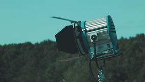 Emita la luz del punto de la película delante del cielo y de árboles forestales almacen de metraje de vídeo
