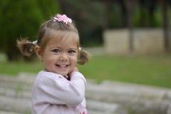 Emma-liten flicka med gröna ögon Arkivfoto