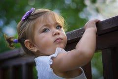Emma-liten flicka med gröna ögon Arkivfoton