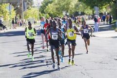 Emmanual Bett von Kenia führt die Ausleseabteilung der Männer beim lila Bloomsday 2013 12k, die in Spokane WA gelaufen werden Lizenzfreie Stockfotografie