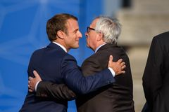 Emmanuel Macron et Jean Claude Juncker image stock