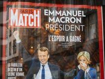 Emmanuel Macron med hans fru Brigitte Trogneux på Paris Match p Arkivfoton