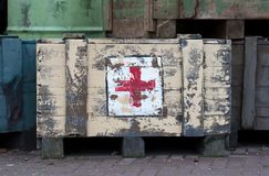EMMEN, НИДЕРЛАНД, 4-ое января 2019: Stenciled логотип Красного Креста на старое первом в зоопарке в Emmen, Нидерланд дальше стоковые изображения rf