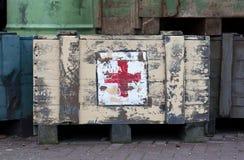 EMMEN NEDERLÄNDERNA, Januari 4, 2019: En stencilerad logo av Röda korset på ett gammalt första i en zoo i Emmen, Nederländerna på royaltyfria bilder