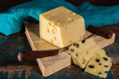 Emmental suave meio-duro amarelo do queijo suíço Fotografia de Stock Royalty Free