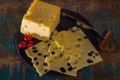 Emmental suave meio-duro amarelo do queijo suíço Foto de Stock