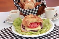 Emmentaler e croissant delle carni della ghiottoneria Immagini Stock