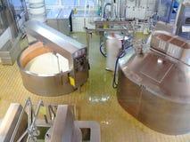 Emmenthal, Szwajcaria 08/03/2009 Serowa fabryka zdjęcia stock
