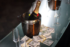 Emmer champagne naast contant geld Stock Foto