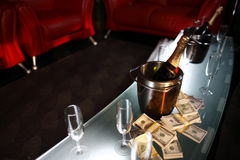 Emmer champagne naast contant geld Stock Foto's