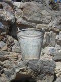 Emmer in de oude ruïnes Vuile emmer Royalty-vrije Stock Afbeelding