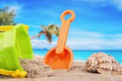 Emmer en schopspeelgoed bij het strand stock foto's