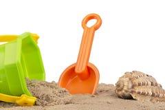 Emmer en schopspeelgoed bij het strand, op wit wordt geïsoleerd dat royalty-vrije stock foto