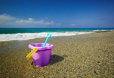 Emmer en spade op het strandzand Stock Afbeeldingen