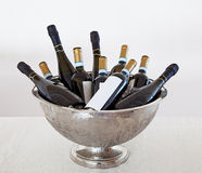 Emmer en wijnflessen stock foto