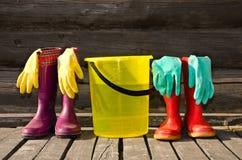 Emmer, handschoenen en rubberlaarzen bij veranda royalty-vrije stock afbeeldingen