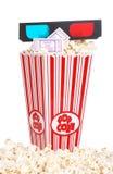 Emmer popcorn met 3D glazen en filmkaartje Stock Fotografie