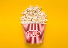 Emmer popcorn op gele achtergrond Royalty-vrije Stock Foto's